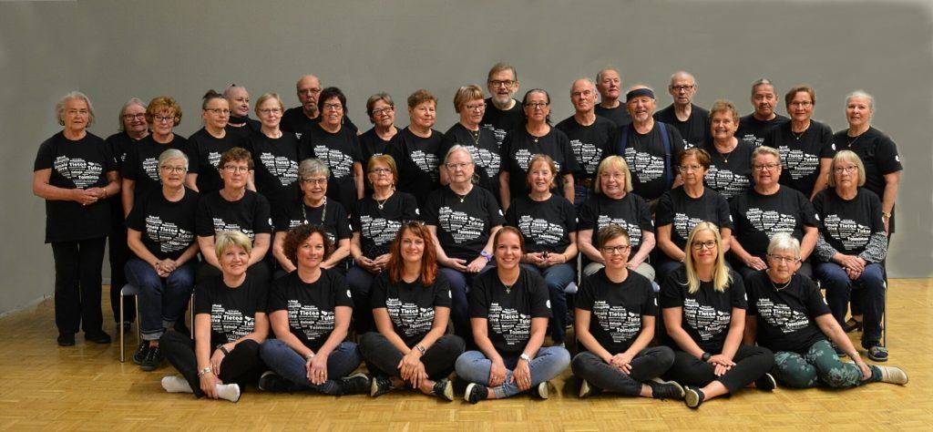 Ryhmäkuva vapaaehtoisista ja työntekijöistä